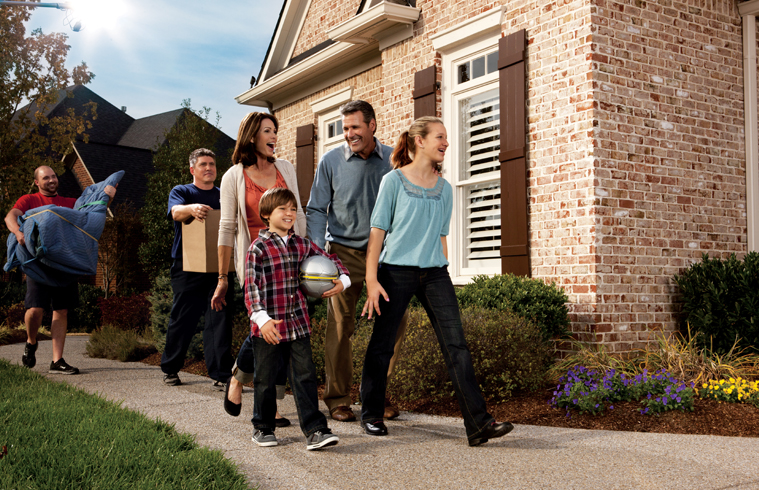img-greener-move-with-Atlas-image-of-Family on sidewalk with movers
